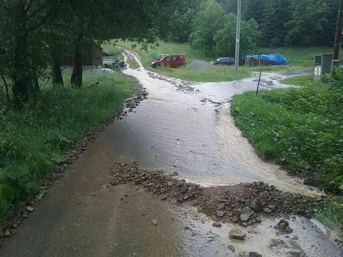 Po búrkach na východe Slovenska sa vyliali viaceré potoky, hasiči riešili aj zásah blesku do domu