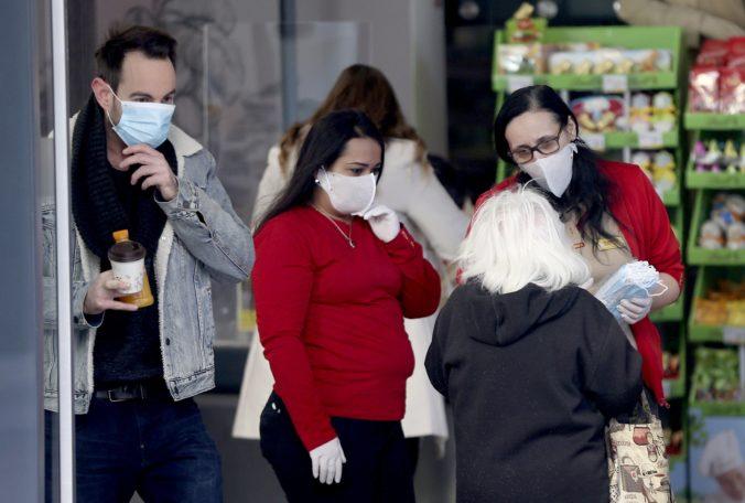 Po náraste počtu infikovaných koronavírusom Rakúsko opäť zaviedlo povinnosť nosenia ochranných rúšok