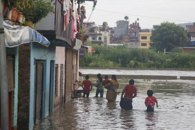 Juh Ázie sužujú veľké záplavy, milióny ľudí museli ujsť zo svojich domovov (video)