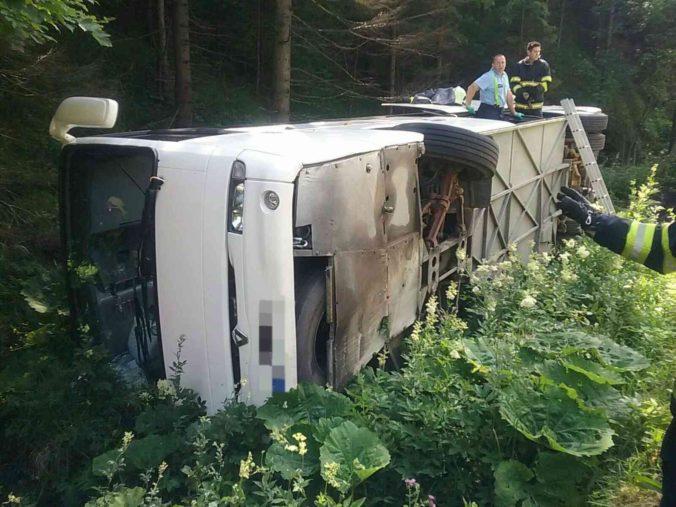 Polícia hľadá svedkov havárie autobusu na Donovaloch, ktorý viezol desiatky detí (foto)