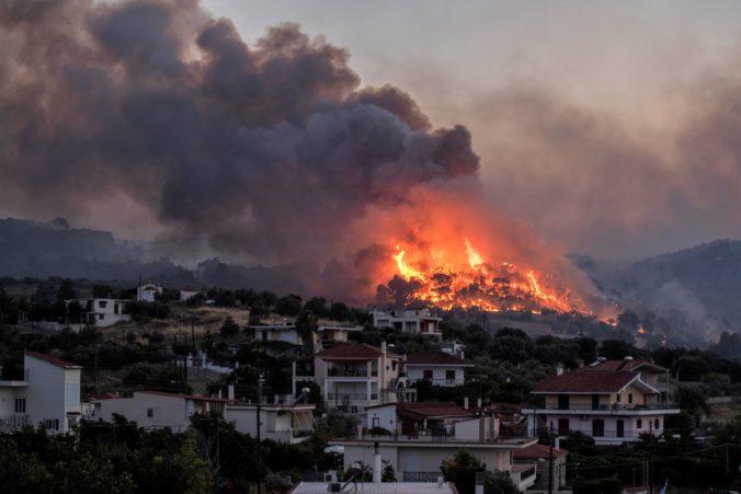 Boje s požiarom pri Korinte stále pokračujú, oheň zničil niekoľko domov a ľudí evakuovali na pláže