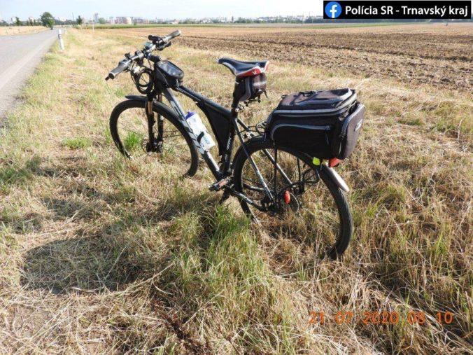 Cyklistovi sa zamotala do pedála šnúrka a narazil do bicykla pred sebou, ženu vyhodilo do priekopy (foto)