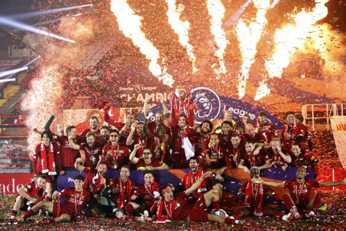 Hráči FC Liverpool si prebrali trofej z triumfu v Premier League, výhru oslávili bez fanúšikov