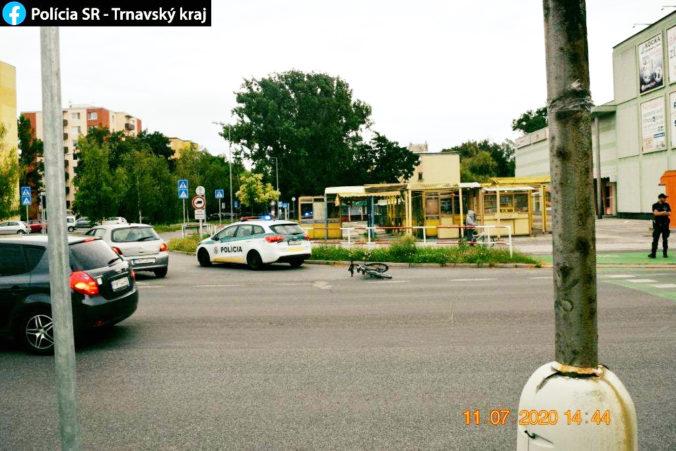 Dievčatko vbehlo rovno pod kolesá bicyklu, v Piešťanoch zas cyklistu zrazilo auto a vodič ušiel (foto)
