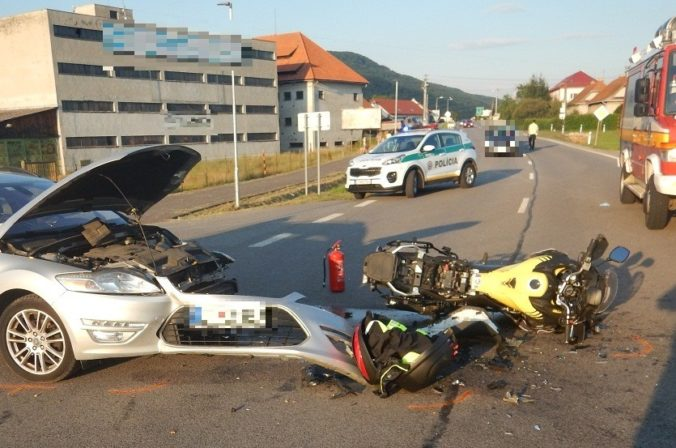 Vodič osobného auta nedal prednosť motocyklu, motorkár skončil s vážnymi zraneniami v nemocnici (foto)