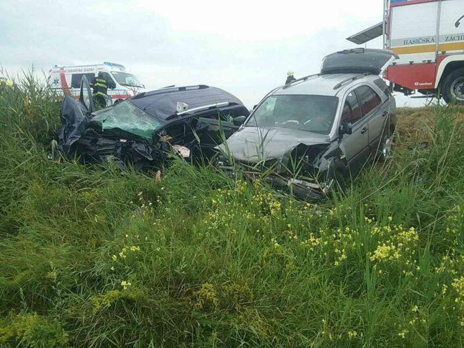 Pri vážnej dopravnej nehode v Komárne zahynul jeden človek, obe autá vymrštilo mimo cestu (foto)