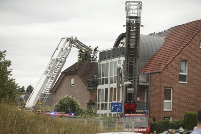V nemeckom meste Wesel sa na dom zrútilo ultraľahké lietadlo, neprežili traja ľudia (foto + video)