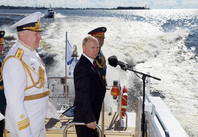 Putin počas prehliadky v Petrohrade prisľúbil námorníctvu desiatky nových lodí, chce demonštrovať jeho silu