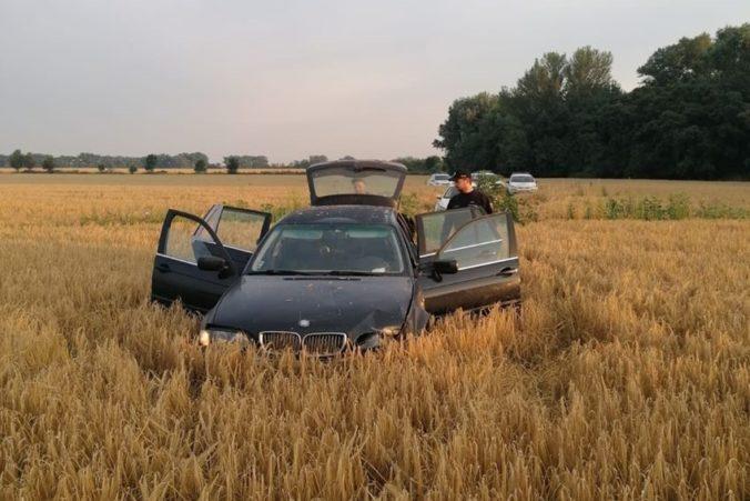 Bavorák skončil po naháňačke s policajtmi v poli, posádka viezla v aute podozrivé látky