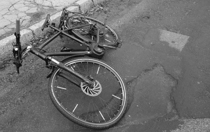 Opitý cyklista sa zrútil do priekopy a zomrel, smrť mu však nespôsobil pád na zem