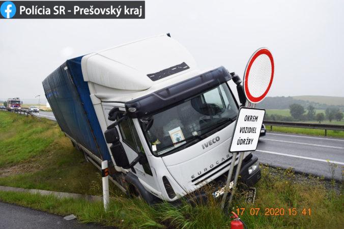 Pohotový zákrok diaľničných policajtov zachránil kamionistovi život, počas jazdy mu zlyhalo srdce (foto)