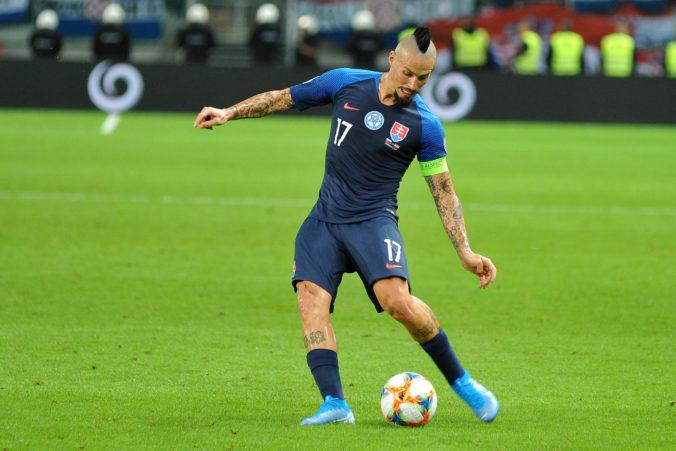 Slovenskí futbalisti odohrajú derby s Čechmi bez divákov, UEFA zaviedla obmedzenia