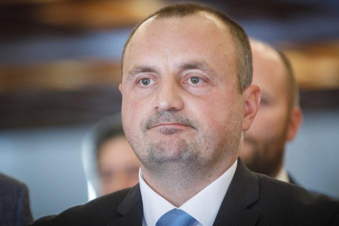 Mal by Kyselica po odstúpení z funkcie štátneho tajomníka pokračovať ako poslanec v parlamente?