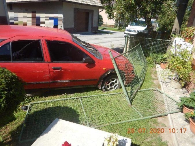 Opitý mladík to napálil rovno do oplotenia rodinného domu, vodičák nikdy nemal a s políciou už má skúsenosť (foto)
