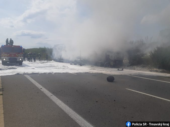 Po zrážke kamióna s autom zachvátil nákladné vozidlo požiar, vodič osobného auta zomrel na mieste
