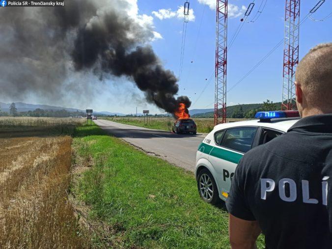 Auto sa vznietilo počas jazdy, pasažierom sa našťastie podarilo ujsť