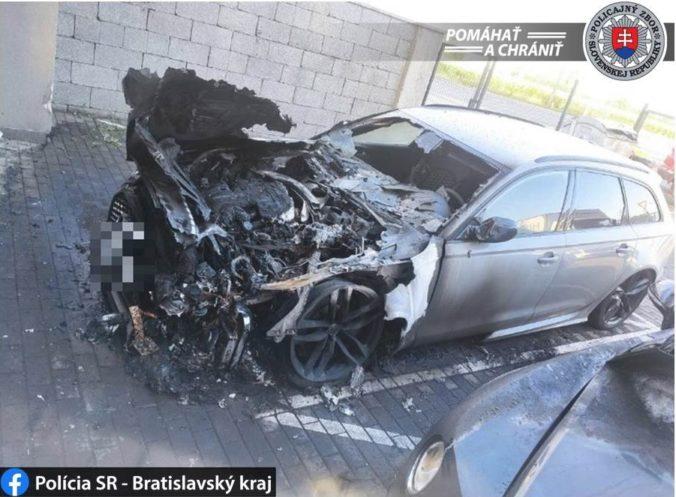 Luxusné autá v Podunajských Biskupiciach zachvátil požiar, hasiči bojovali s ohňom od skorého rána (foto)