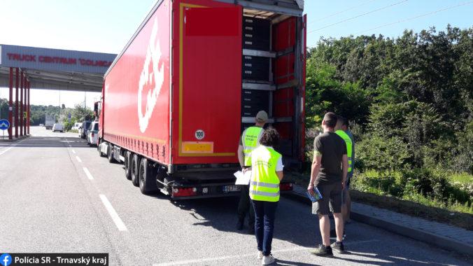 Polícia si na hraniciach posvietila na kamionistov, akcia mala odhaliť nelegálny dovoz odpadu (foto)