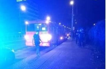 Výtržník zaútočil na muža nožom a ušiel v MHD, polícia autobus stopla a útočníka odvliekla do cely