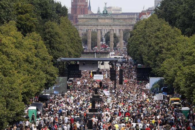 Demonštranti sa zišli v Berlíne, aby protestovali proti obmedzeniam počas pandémie