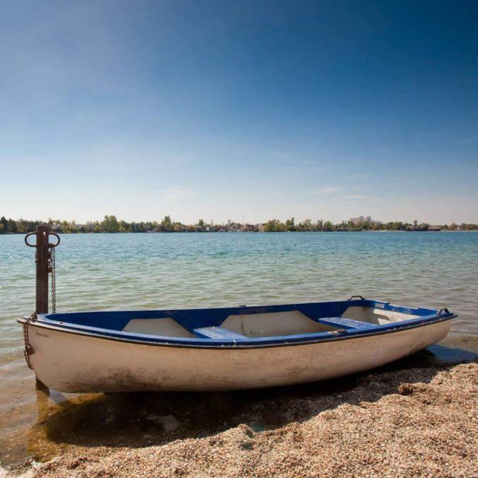 Slnečné jazerá bojujú so znečistenou vodou, odborníci navrhujú ich prehĺbenie