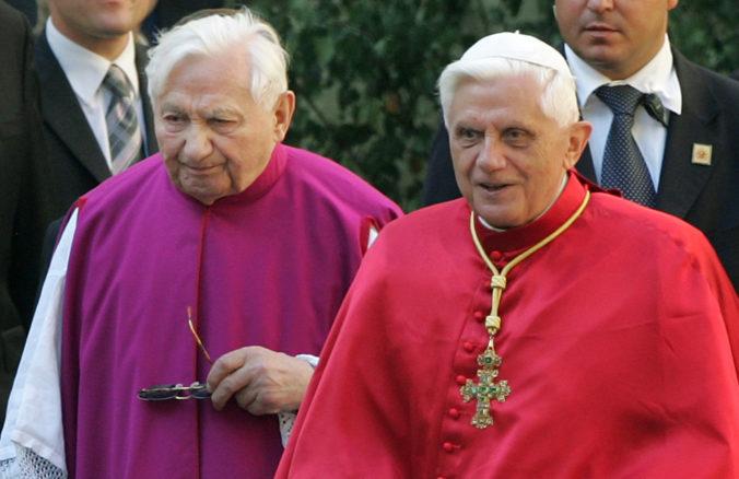 Benedikt XVI. bol navštíviť umierajúceho brata, od návratu z Nemecka je chorý