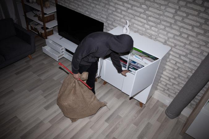 Mladík sa vkradol do domu a z obývačky ukradol viac ako tisíc eur, zadržala ho polícia