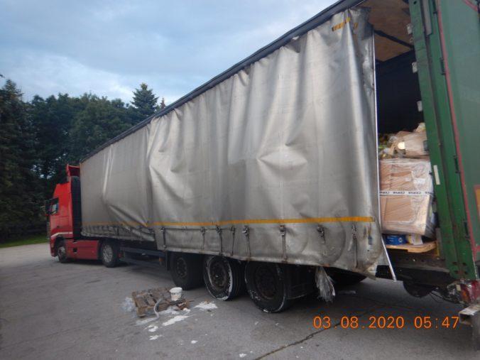 Opitý kamionista havaroval na R1 a z miesta nehody ušiel, náklad sa mu rozsypal po ceste (foto)