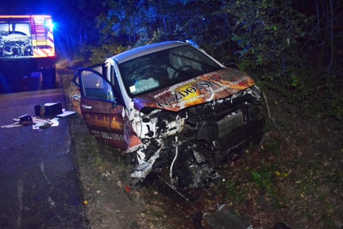 Rozvoz pizze sa skončil nehodou, opitý mladík nezvládol rýchlu jazdu a narazil do stromu