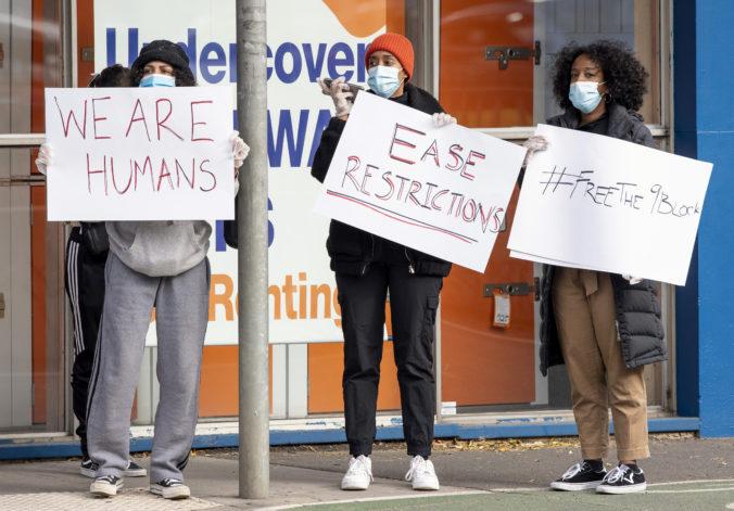 Počet odporcov reštrikcií proti šíreniu koronavírusu v Austrálii rastie, niektorí sú aj násilní