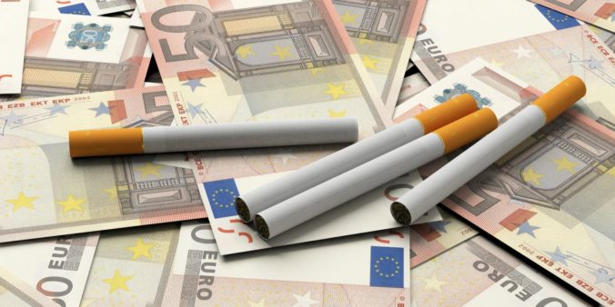 Pre nelegálny obchod s tabakom zatkla hraničná stráž niekoľkých ľudí, zhabala tiež desaťtisíce eur v hotovosti