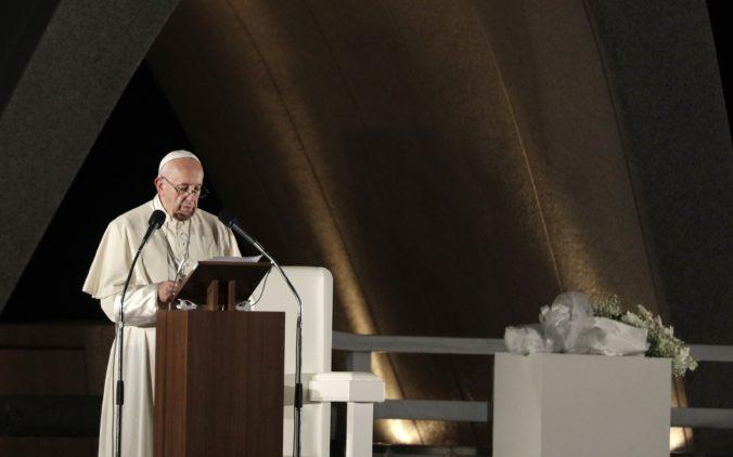 """Hirošima a Nagasaki majú byť varovaním, pápež František vyzýva k """"odloženiu"""" jadrových zbraní"""