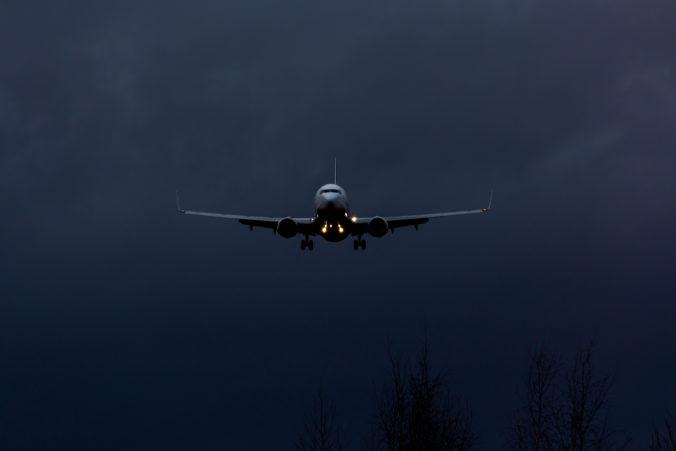 Lietadlo zišlo z dráhy a zlomilo sa na dve časti, nešťastie neprežili najmenej dvaja ľudia (video)