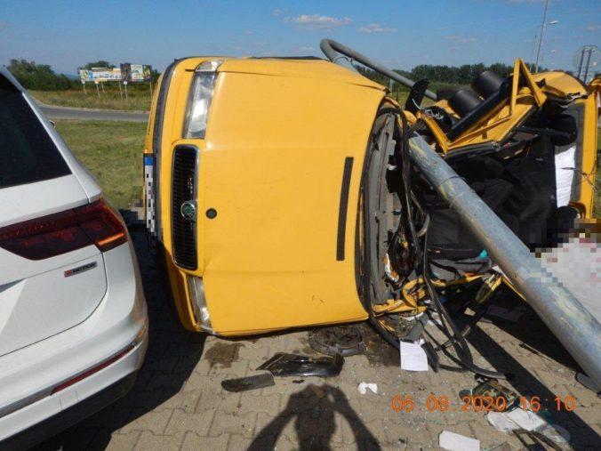 Tínedžer nerešpektoval značku a po zrážke auto odhodilo do semafora, jeho spolujazdec nehodu neprežil (foto)