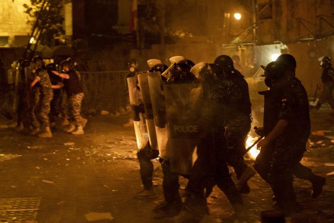 Výbuch v Bejrúte poriadne nahneval obyvateľov, polícia pri protestoch použila slzný plyn (video)