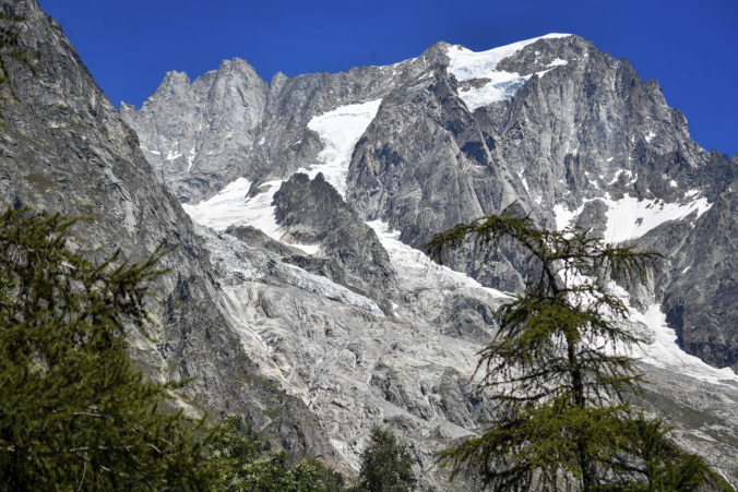 Z alpského údolia v Taliansku evakuovali desiatky turistov, hrozí zosuv topiaceho sa ľadovca