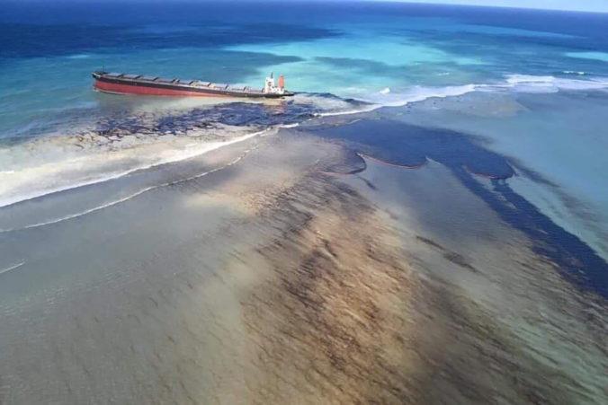 Ostrov Maurícius vyhlásil stav environmentálnej núdze, z uviaznutej lode unikajú tony nafty (video)