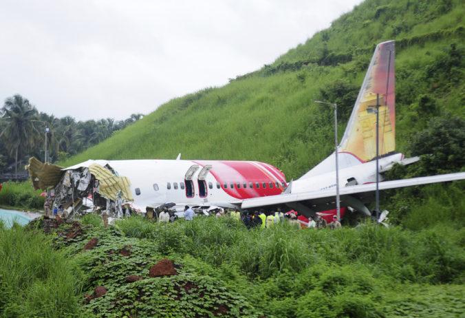 Pri leteckej nehode v Indii prišlo o život najmenej 18 ľudí, hlásia aj stovky zranených (video)