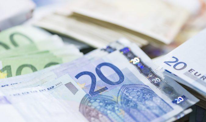 Kto na Slovensku zarába menej ako 600 eur v hrubom? Svoju rolu zohráva vzdelanie aj región