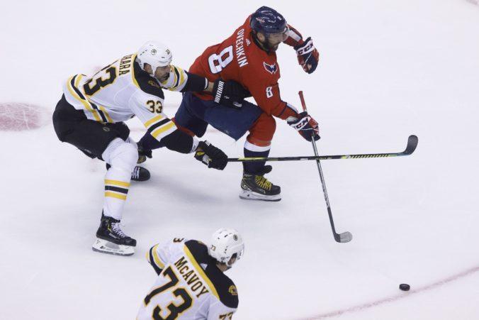 Boston prehral aj štvrtý zápas po reštarte NHL, má problémy v defenzíve a elitná formácia nestrieľa góly (video)