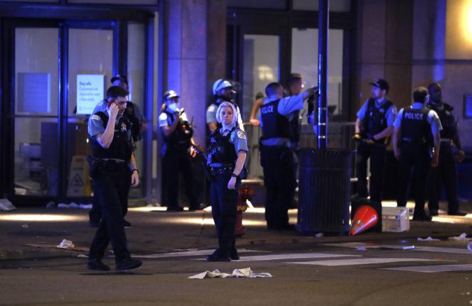 V Chicagu vypukli násilné protesty s rabovaním, demonštranti a polícia po sebe strieľali (video)