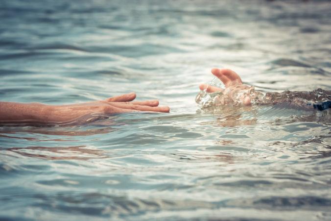 Muž skočil do rybníka po malého syna, živý sa už nevynoril