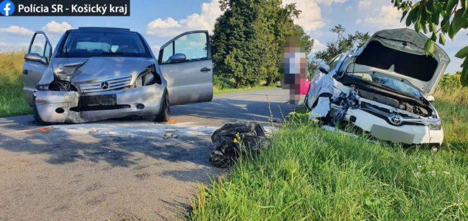 Mužovi vbehla do cesty srna, strhol volant a čelne sa zrazil s protiidúcim vozidlom (foto)