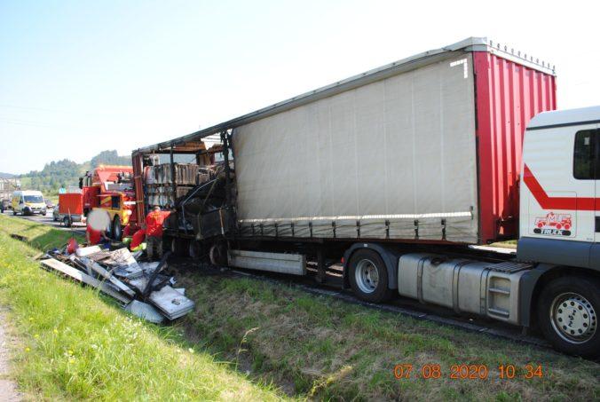 Poľský kamionista spôsobil dopravnú nehodu, horiaci náves nechal na ceste ušiel (foto)