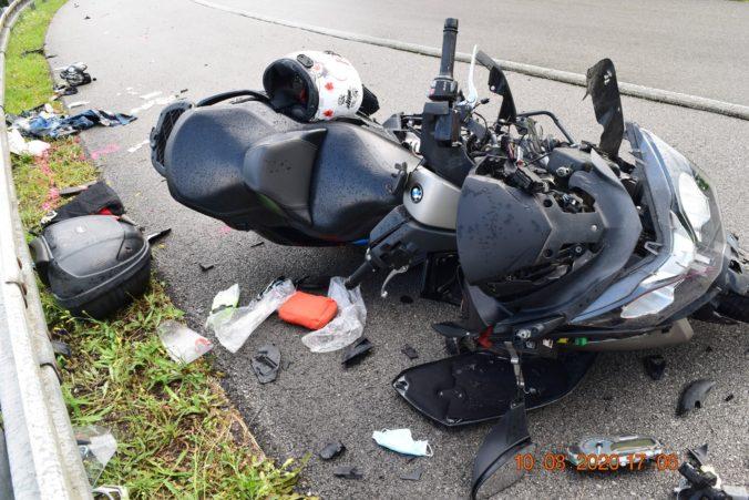 Motocykel sa pod horským priechodom zrazil s kamiónom, v nemocnici skončili dvaja ľudia (foto)