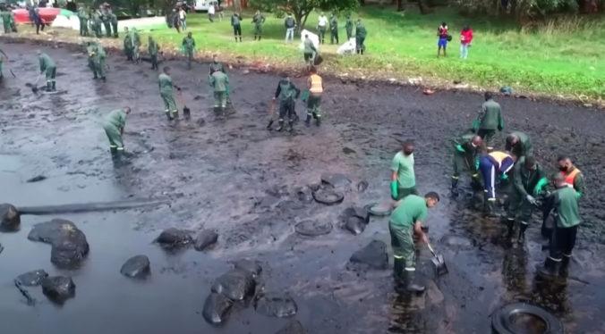 Z uviaznutej lode pri Mauríciu odčerpali všetko palivo, pri čistení pomáhali i dobrovoľníci (video)