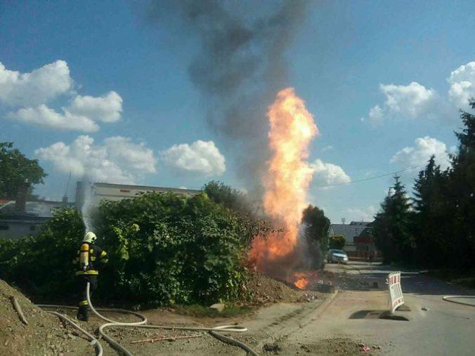 Pri výkopových prácach došlo k úniku plynu a následne k požiaru, zranila sa jedna osoba (foto)