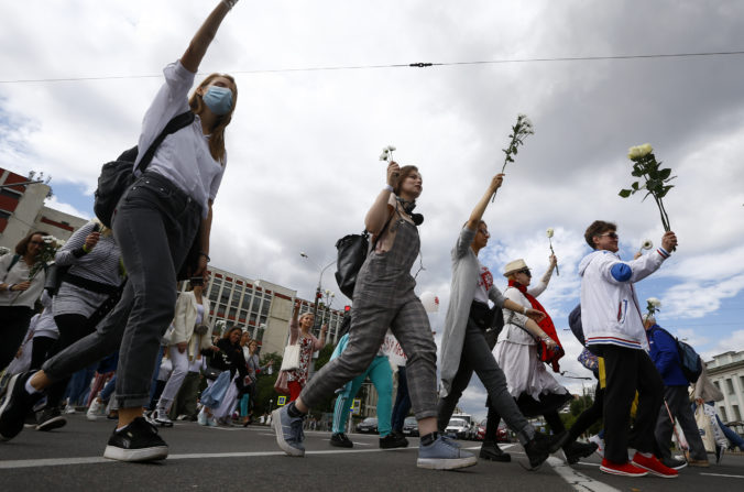 Protesty v Bielorusku pokračujú, tisícky ľudí vytvorili v uliciach dlhé rady solidarity (video)