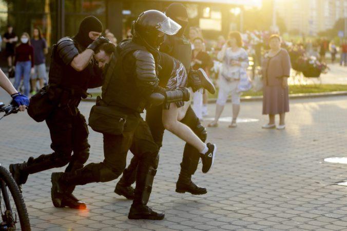 Bieloruské úrady prepustili najmenej dvetisíc ľudí, mnohí hovorili o brutálnej bitke