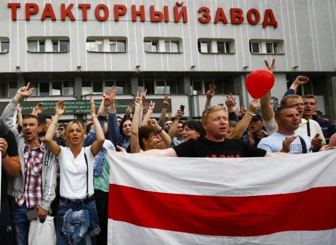 Cichanovská vyzvala na pokojné zhromaždenia, do protestov v Bielorusku sa zapojili aj tisícky robotníkov